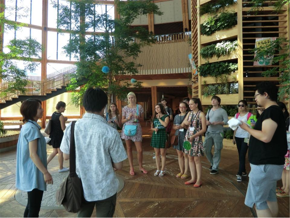新潟市食育施設・いくとぴあを見学する中国・ロシアからの留学生